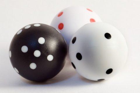Spherical dices : géométrie, forme, mouvement